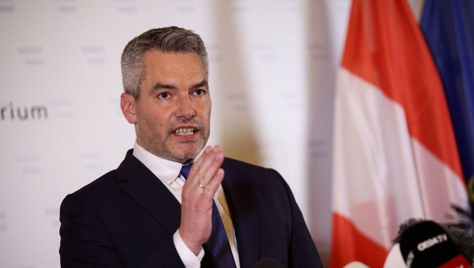 Österreichs Innenminister Karl Nehammer hat die Abschiebungen mit Verweis auf Gerichtsentscheidungen verteidigt (Archivbild)