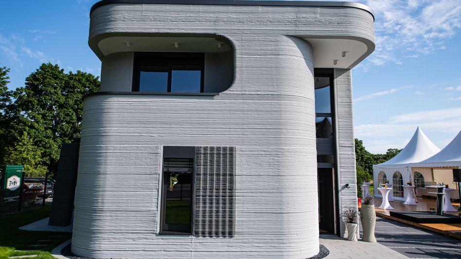Das neue Haus in Beckum: Der Betonfassade sieht man deutlich die Produktion aus dem 3D-Drucker an