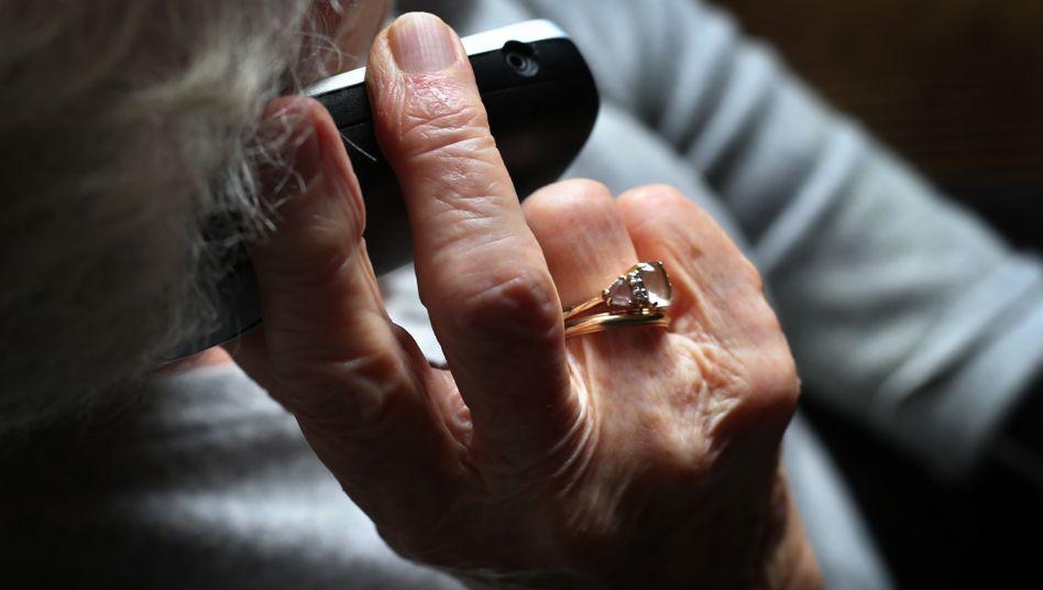 Oft melden sich Enkeltrick-Betrüger per Telefon bei Senioren (Symbolbild)
