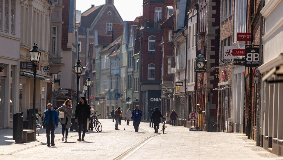Passanten in der Altstadt von Lüneburg (Archiv)