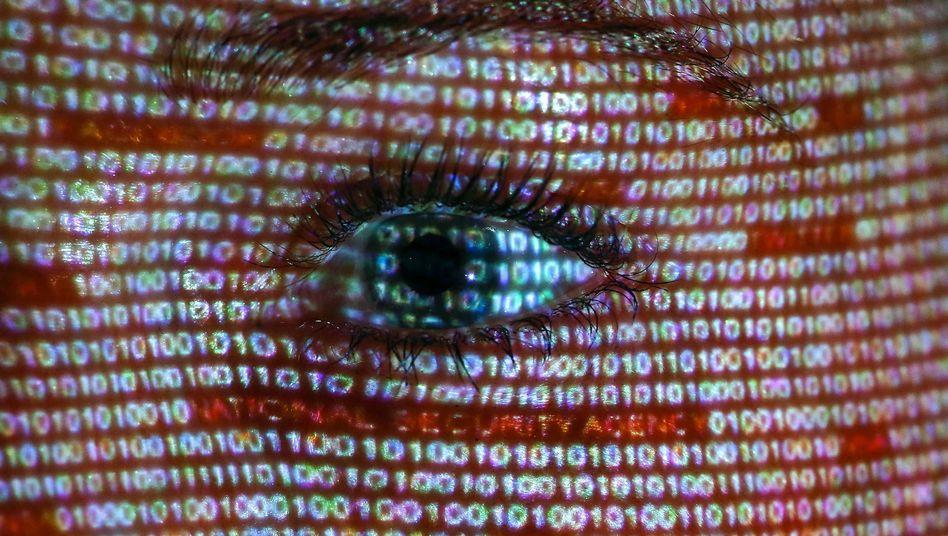 Projektion von Text auf ein Gesicht: Zusammenstoß zweier Welten
