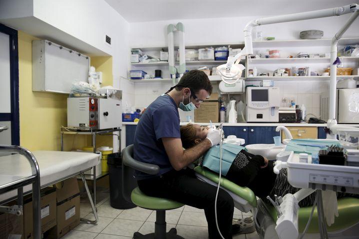 """Zahnbehandlung in Poliklinik der Hilfsorganisation """"Ärzte der Welt"""" in Athen (2015)"""