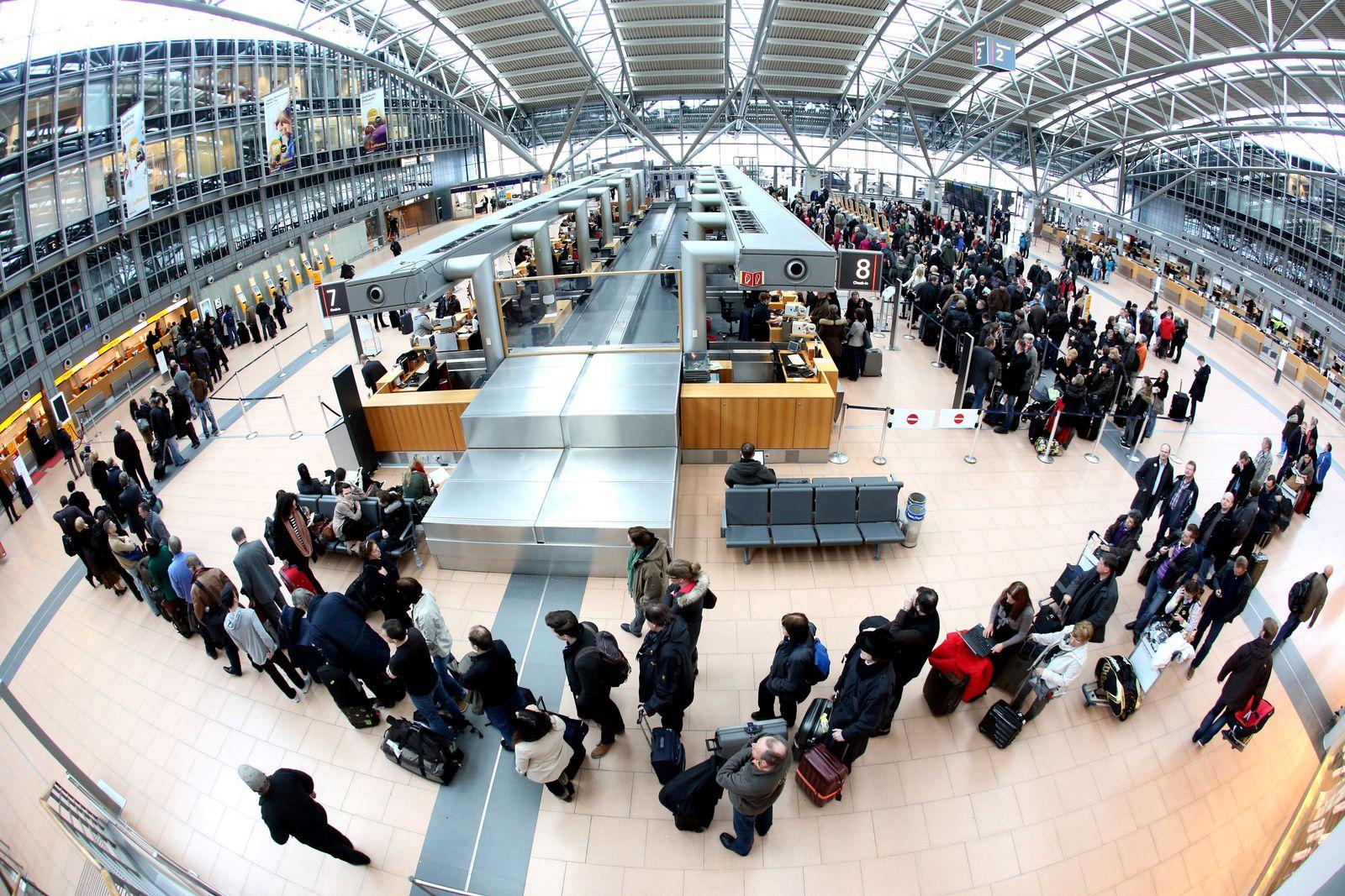 Flughafen Hamburg/ Wartende Passagiere