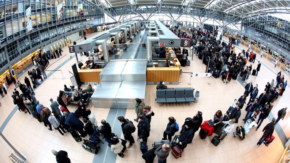 """Passagiere am Flughafen in Hamburg (Archiv): """"Viele Direktverbindungen ab Deutschland nicht mehr wirtschaftlich"""""""