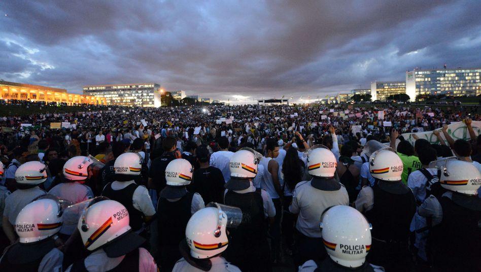 Demonstrationen in Brasilien: Hunderttausende protestieren gegen teure Fußball-WM
