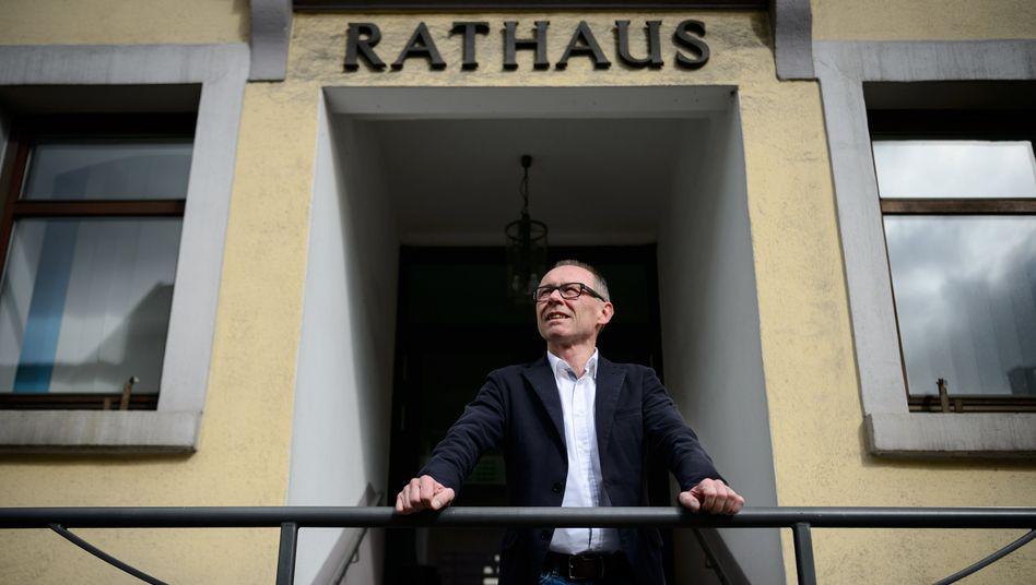 Noch-Bürgermeister Harry Ebert vor dem Rathaus von Burladingen: Ab dem 1. Juni nur noch einfacher Bürger
