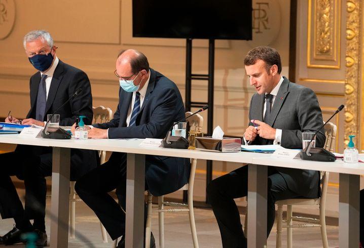Wirtschaftsminister Bruno Le Maire, Premier Jean Castex und Präsident Macron bei Beratungen im Élysée am Montagvormittag