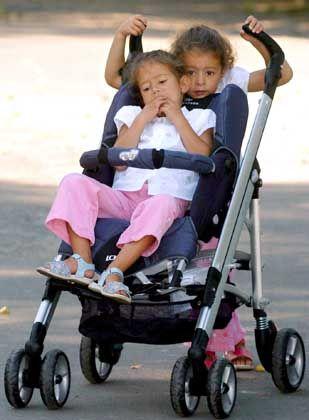 Zwillinge mit Kinderwagen: Stiftung Warentest findet Chemikalien in Buggys