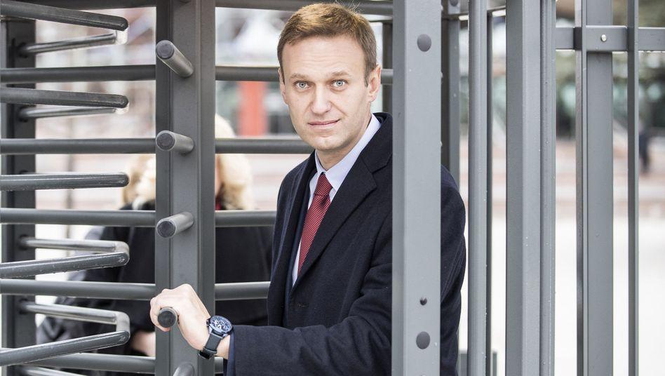 Alexej Nawalny verlässt nach seiner Anhörung den Europäischen Gerichtshof für Menschenrechte (Archivbild).