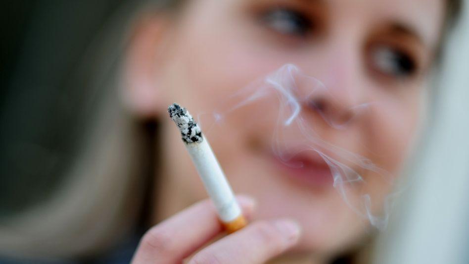 Junge Raucherin: Die Studie zeigt, dass Zigaretten mit weniger Teer nicht weniger schädlich sind