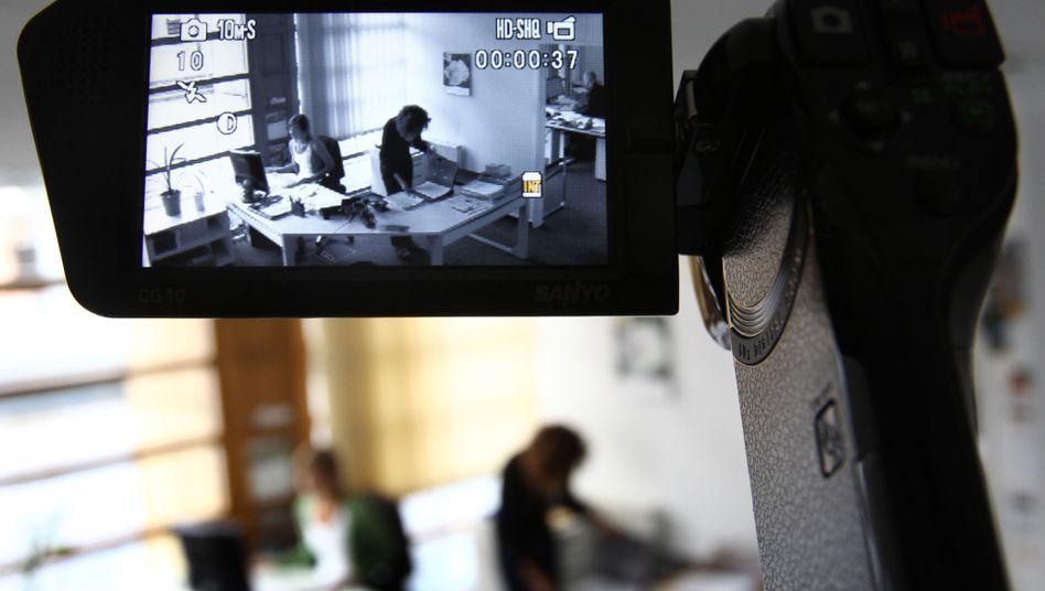 Videokamera im Büro (gestellte Szene): Mitarbeiter-Akteure können sich später nicht mehr drücken