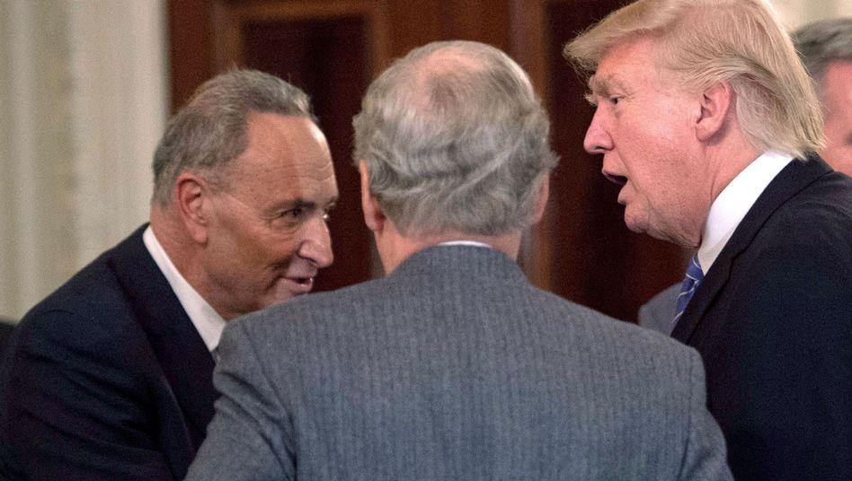 Chuck Schumer (l.) und Donald Trump