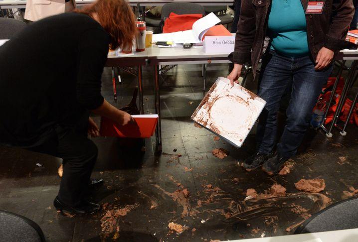 Delegierte entfernen die Spuren des Tortenangriffs