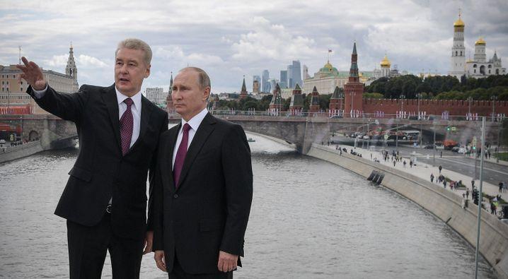 Bürgermeister Sergej Sobjanin (l.) und Wladimir Putin im Zentrum von Moskau, das eine der sichersten Städte der Welt werden soll