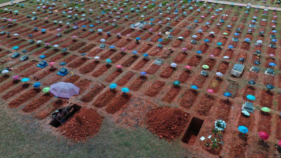 Gräberreihen auf dem Friedhof San Juan Bautista Friedhof in Iquitos, Peru: Nach der Hoffnung nun das bittere Erwachen