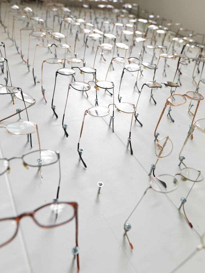 Eine Wand voller Brillen: Wessen Blick entscheidet, wer Märtyrer ist?