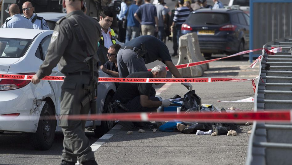 Polizei und Notärzte an der Bushaltestelle im Westjordanland, an der ein palästinensischer Taxifahrer versuchte, Passanten zu überfahren