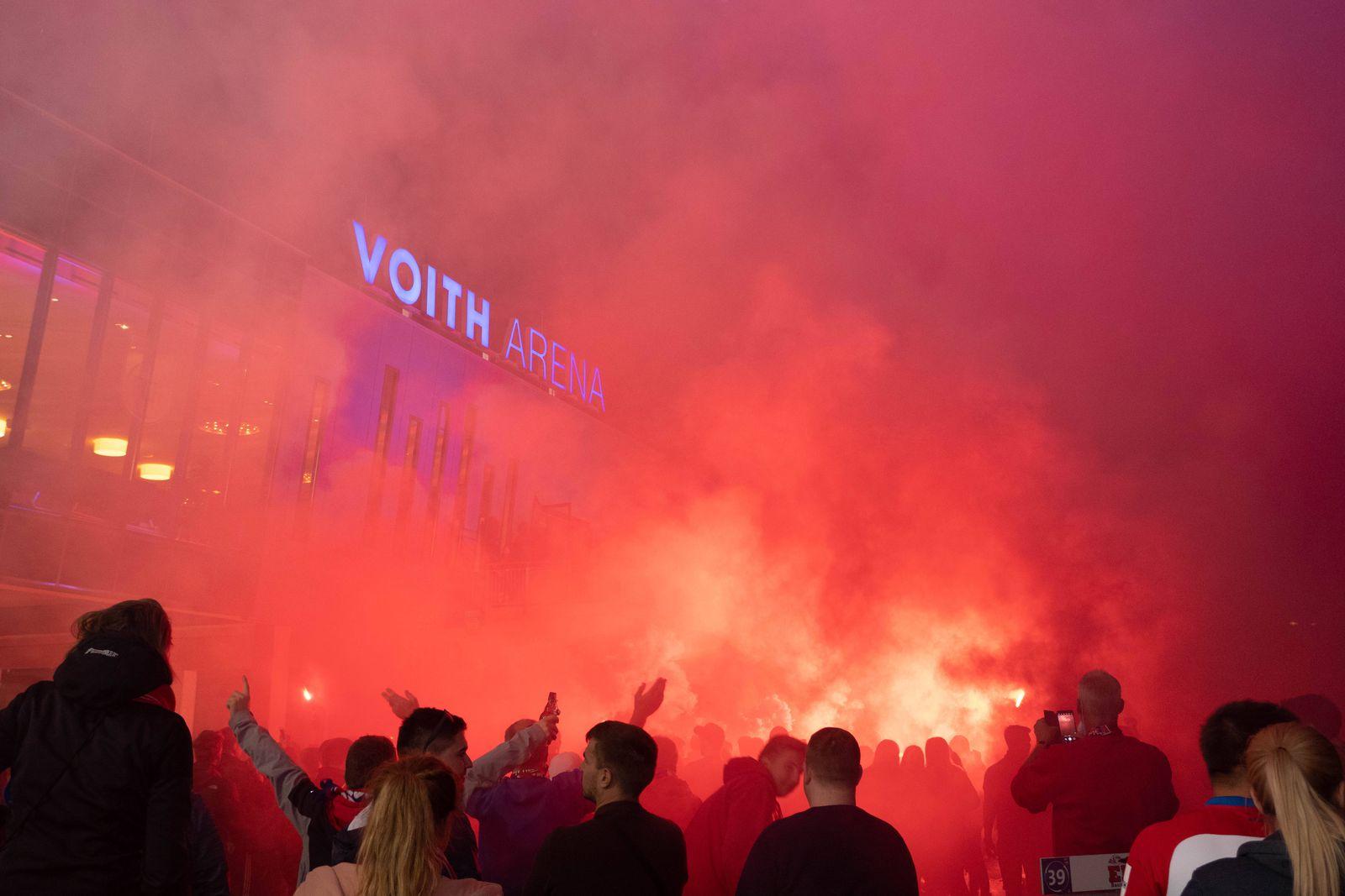 Fans vom FC Heidenheim feiern die Mannschaft vor dem Stadion, 1. FC Heidenheim - SV Werder Bremen , Fußball,Relegation 1