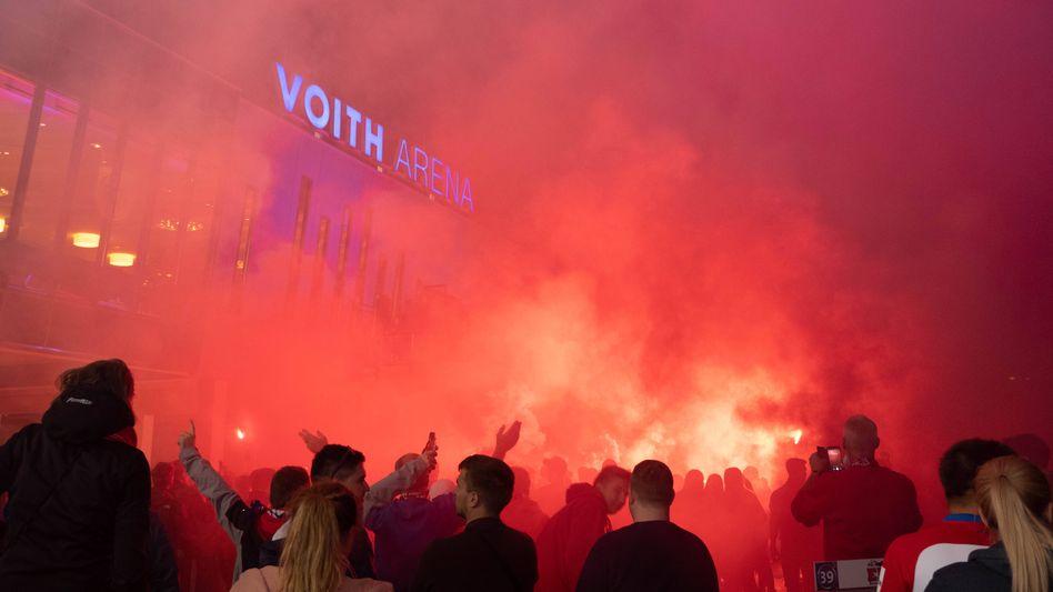 Knapp den Aufstieg verpasst: Heidenheim-Fans feiern ihr Team vor dem Stadion