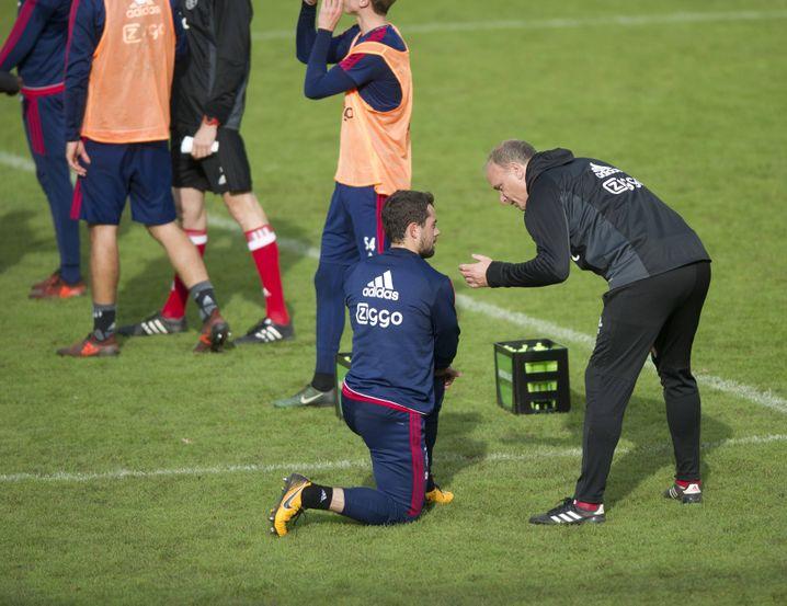 """2015 wechselte Younes zu Ajax Amsterdam, wo er auf den Co-Trainer Dennis Bergkamp (r.) stieß: """"Ein unglaublicher Typ"""""""