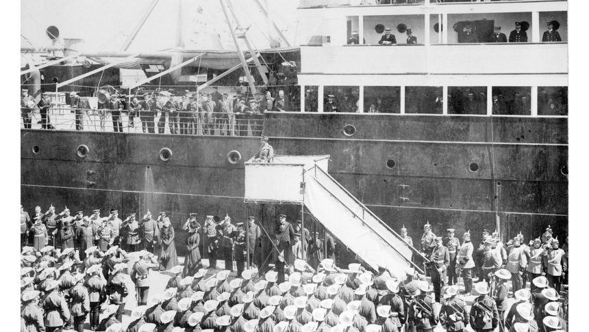 Truppen nach China: Kaiser Wilhelm II. verabschiedet am 27. Juli 1900 das deutsche Expeditionskorps vor der Einschiffung nach China.