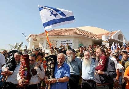 Die letzte Siedlung wird geräumt: Bewohner von Netzarim tragen die Tora-Rolle aus der Synagoge