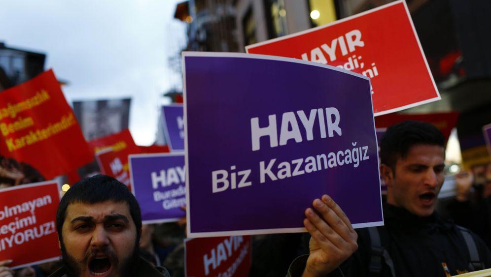 Photo Gallery: Turkey Referendum Triggers Opposition