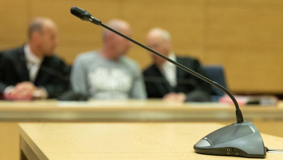 """Der Angeklagte mit seinen Verteidigern: Der """"Garagenmord""""-Prozess endete mit einem Schuldspruch"""