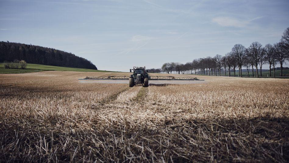 Ein Traktor bringt Glyphosat aus