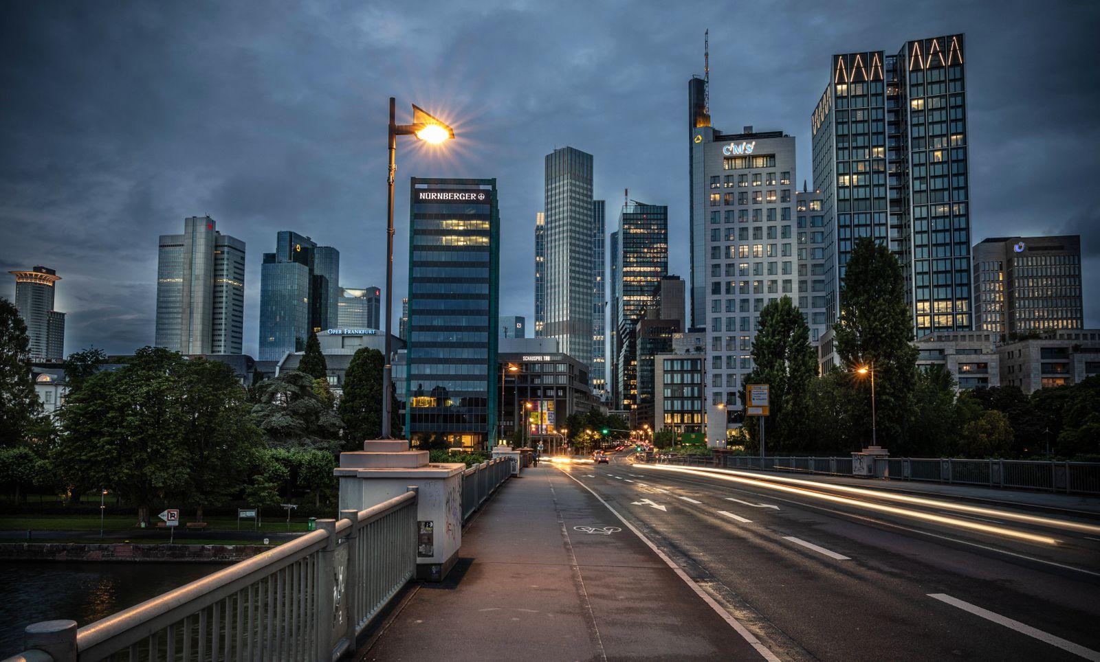 Das Nizza von der Untermainbr¸cke aus gesehen mit der Frankfurter Skyline im Hintergrund Frankfurt am 17.06.2020 *** The