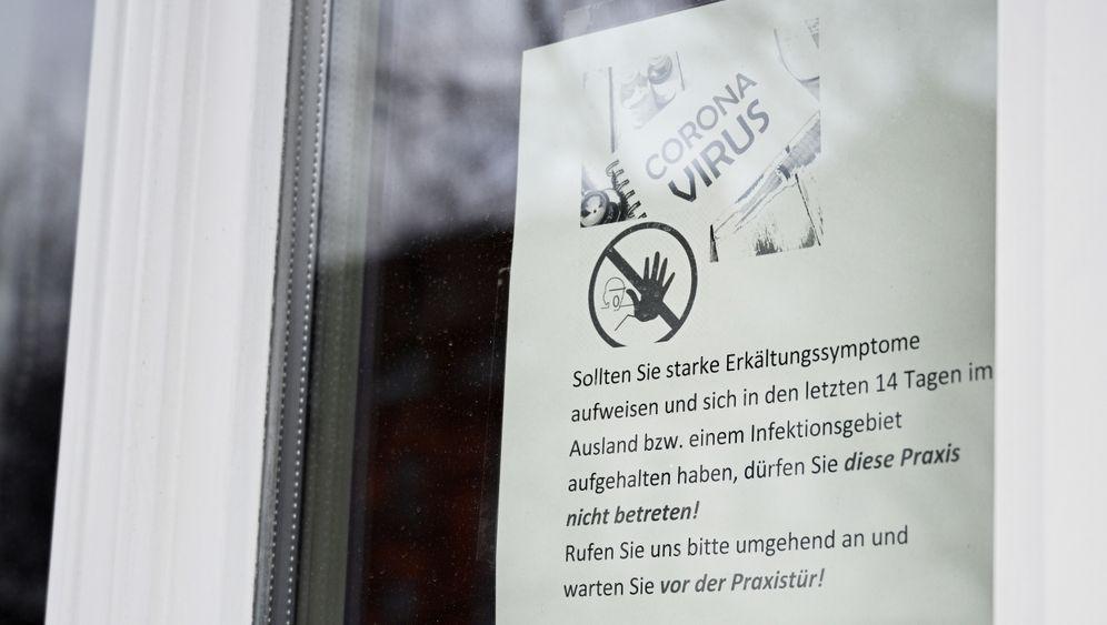 Eine Praxis in Erfurt informiert Patienten über den Umgang mit einer möglichen Coronainfektion.
