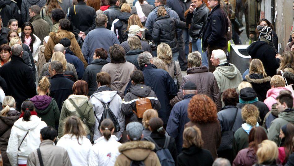 Passanten in Köln: Lebensstandard im Alter für die Mehrheit nicht zu halten