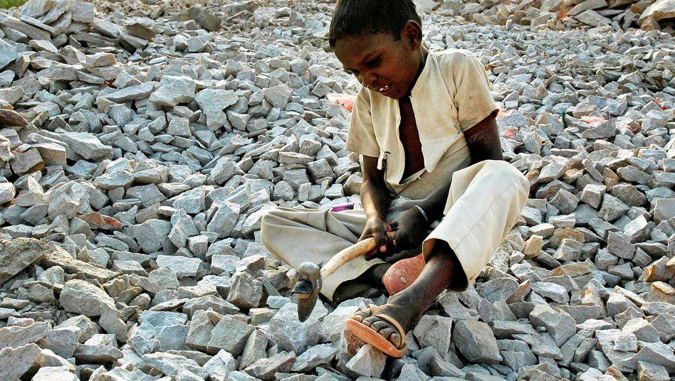 Achtjähriger Pflastersteinklopfer in Indien (2006): Das wirtschaftlichste Angebot zählt