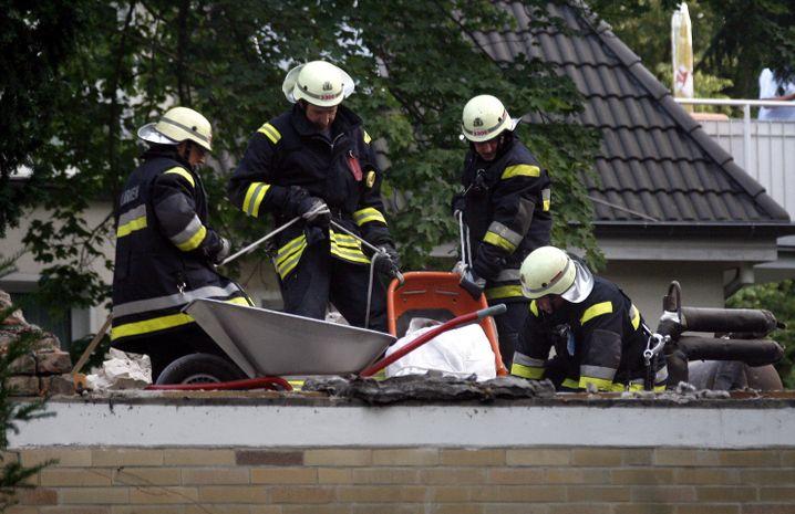 Feuerwehr-Einsatz an der Unglücksstelle in Berlin: Zwei Tote bei Einsturz
