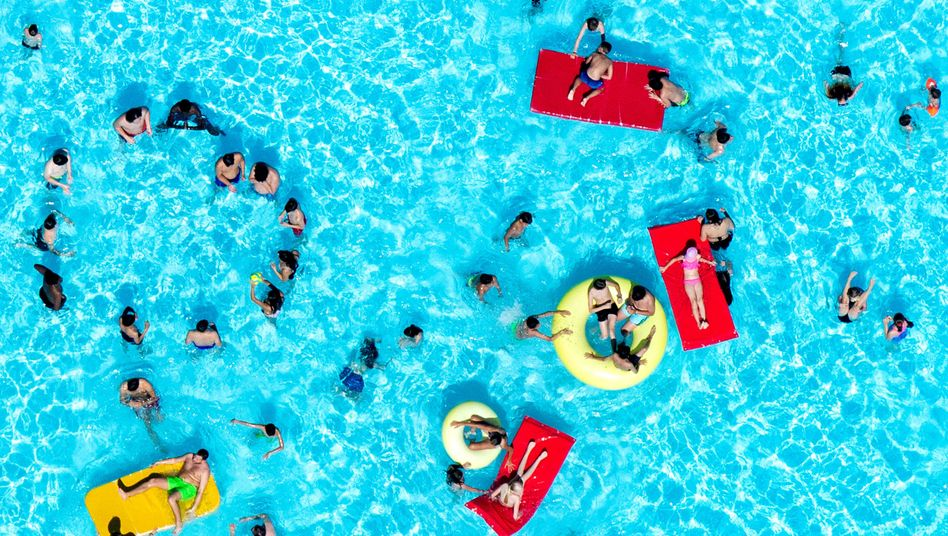 Crowds beat the heat at a public swimming pool in Hannover.