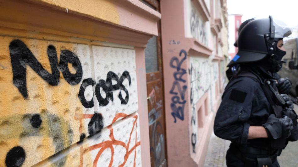 """Graffito """"No Cops"""" vor dem Zentrum Connewitz in Leipzig"""