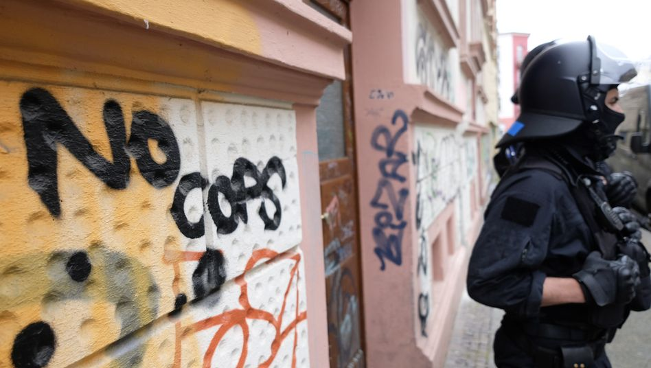 "Graffito ""No Cops"" vor dem Zentrum Connewitz in Leipzig"