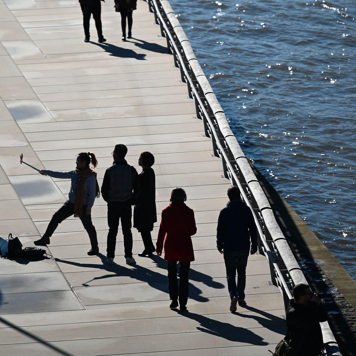 """Köln: Frau fällt beim Fotografieren in den Rhein - und wird """"in letzter Sekunde"""" gerettet"""
