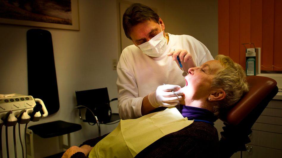 Zahnarzt bei der Behandlung: Jetzt wird's gleich ein bisschen teuer