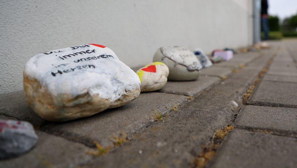 Bemalte Steine vor dem Eingang der Kindertagesstätte in Viersen
