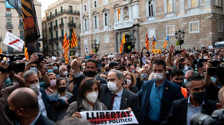 Abgesetzer Regierungschef: Quim Torra zusammen mit zahlreichen Demonstranten in Barcelona