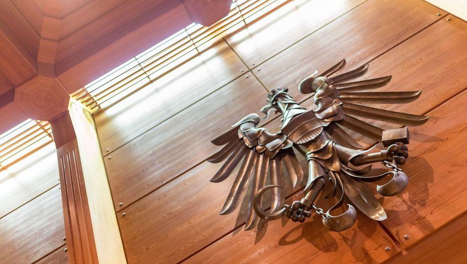 Bundeswappen Österreich in Gerichtssaal (Symbolbild)