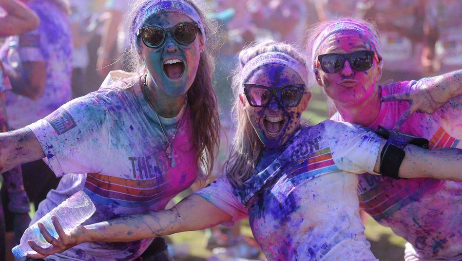 Freundinnen auf einem Farbfestival: Reden, zusammen Zeit verbringen - macht nicht nur Spaß, sondern ist auch gut für die Gesundheit