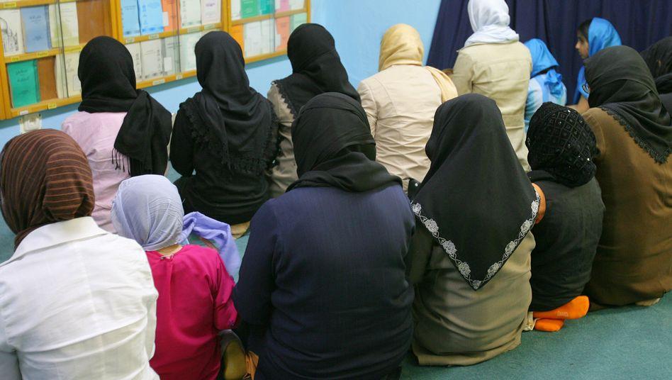 """Musliminnen beim Freitagsgebet in der Nuur-Moschee in Frankfurt: """"Wir alle werden gezwungen, über den Islam nachzudenken"""""""