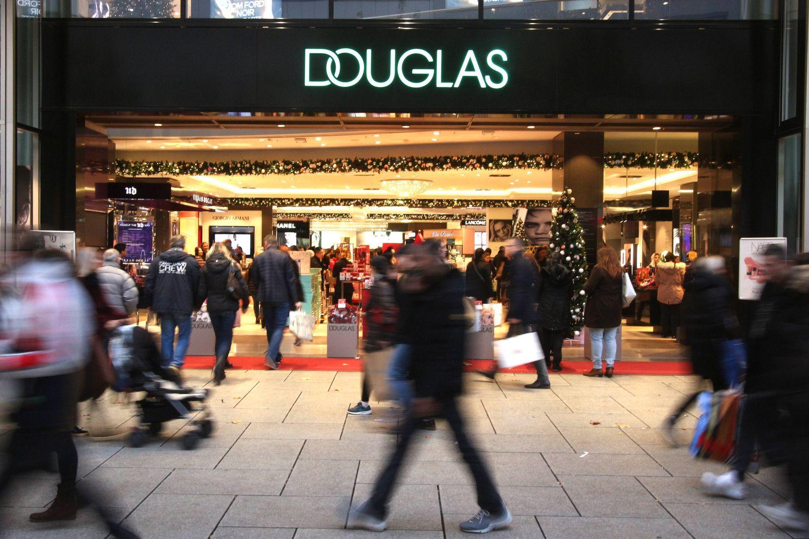 Kunden betreten eine Filiale der Parfümeriekette Douglas auf der Fußgängerzone Zeil in der Innenstadt Frankfurt, Hesen,