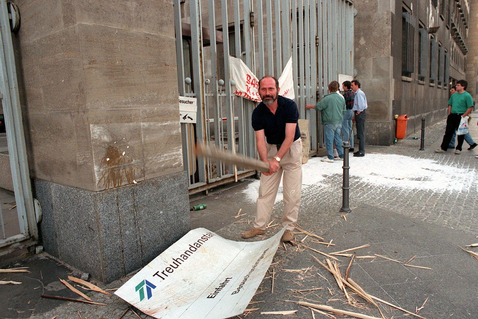 PROTESTOR TREUHANDANSTALT (05/93)