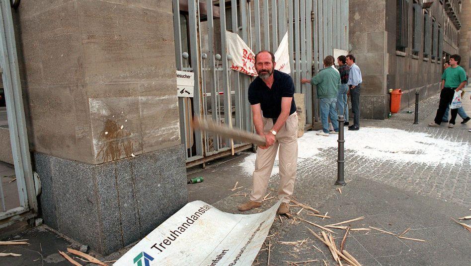 Vor dem Gebäude der Treuhand in Berlin: Am 17. Mai 1993 entlädt sich die Wut