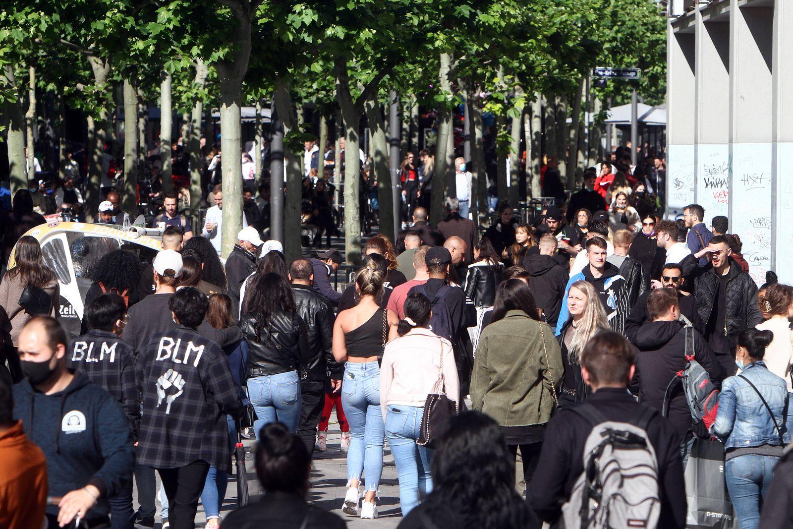 Nach der Lockerung der Schutzmaßnahmen und Wiedereröffnung der Geschäfte sieht die Einkaufsstraße und Fußgängerzone Zeil