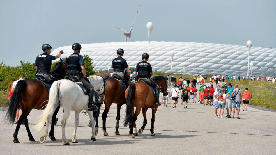 Szenekundige Polizisten aus Ungarn sollen die rund 1500 bayerischen Beamten am Mittwoch unterstützen