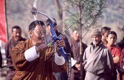 Bogenschießen im Paro-Tal: Fröhliche Gesänge um die Zielscheibe